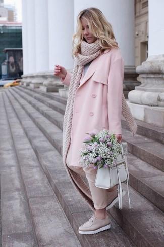 Cómo combinar: mocasín con plataforma de cuero en beige, pantalones pitillo en beige, jersey con cuello circular gris, gabardina rosada