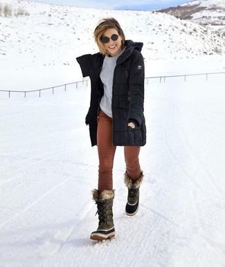 Cómo combinar: botas para la nieve grises, pantalones pitillo de pana marrónes, jersey con cuello circular gris, parka negra