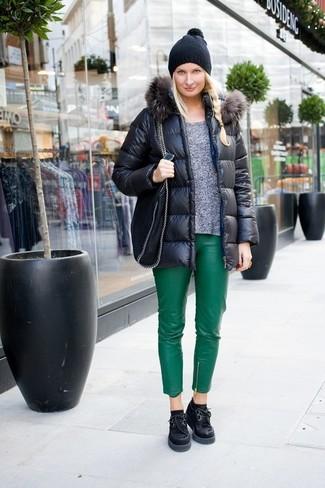 Cómo combinar: zapatos oxford de ante gruesos negros, pantalones pitillo de cuero verdes, jersey con cuello circular gris, plumífero negro