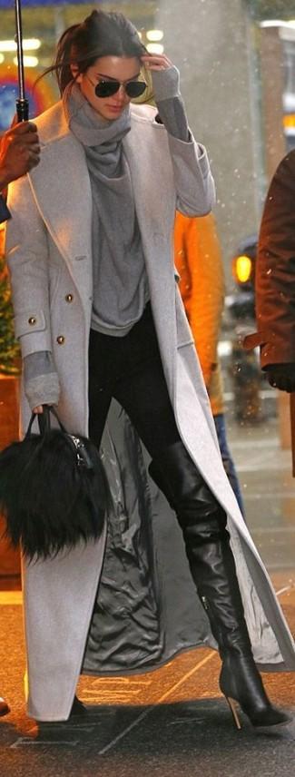 Cómo combinar: botas sobre la rodilla de cuero negras, pantalones pitillo negros, jersey con cuello vuelto holgado gris, abrigo gris