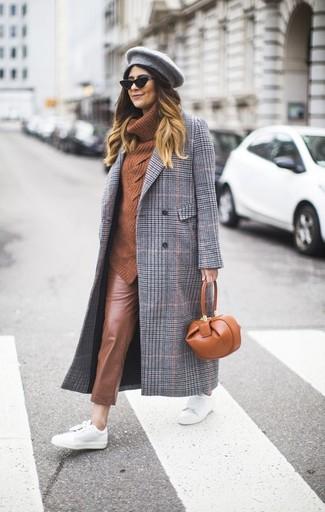 Combinar un abrigo de tartán gris estilo casual elegante: Utiliza un abrigo de tartán gris y unos pantalones pitillo de cuero marrónes para un look diario sin parecer demasiado arreglada. Tenis de cuero blancos añadirán un nuevo toque a un estilo que de lo contrario es clásico.
