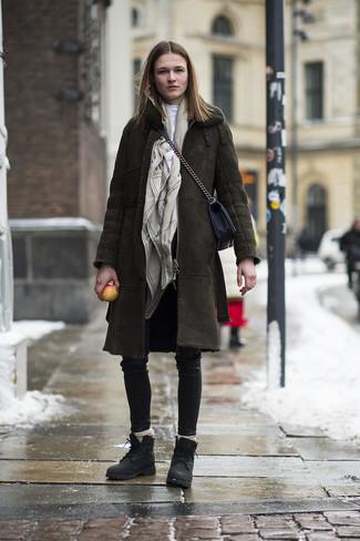 Cómo combinar: botas planas con cordones de cuero negras, pantalones pitillo de cuero negros, jersey de cuello alto blanco, abrigo de piel de oveja verde oliva