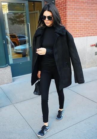 Cómo combinar: deportivas azul marino, pantalones pitillo negros, jersey de cuello alto negro, abrigo de piel de oveja negro