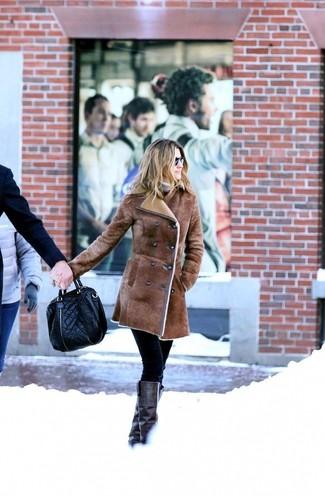 Cómo combinar: botas de caña alta de cuero negras, pantalones pitillo negros, jersey de cuello alto en beige, abrigo de piel de oveja marrón