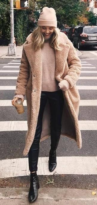 Cómo combinar: botines de cuero negros, pantalones pitillo de seda negros, jersey de cuello alto en beige, abrigo de piel marrón claro