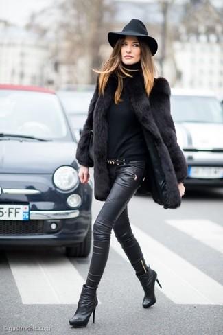 Combinar una correa de cuero con adornos negra: Equípate un abrigo de piel negro con una correa de cuero con adornos negra para crear una apariencia elegante y glamurosa. Botines de cuero negros son una opción inmejorable para complementar tu atuendo.