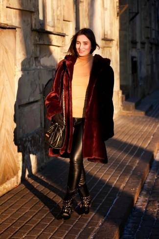Cómo combinar: botas planas con cordones de cuero con tachuelas negras, pantalones pitillo de cuero negros, jersey de cuello alto marrón claro, abrigo de piel burdeos