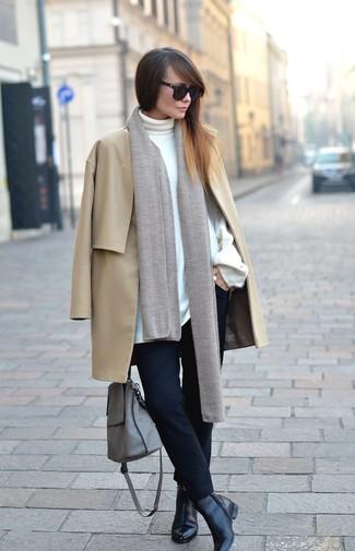 Cómo combinar: botines de cuero negros, pantalones pitillo negros, jersey de cuello alto blanco, abrigo marrón claro