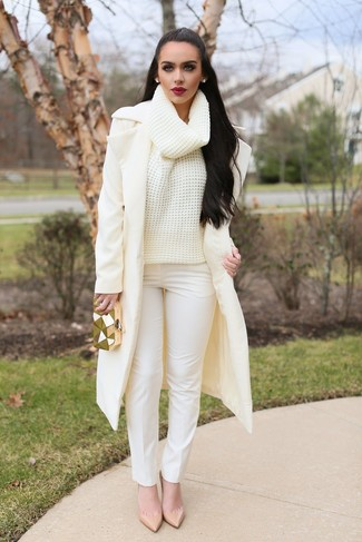Cómo combinar: zapatos de tacón de cuero en beige, pantalones pitillo blancos, jersey de cuello alto de lana de punto en beige, abrigo en beige
