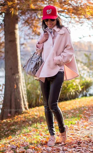 Cómo combinar: náuticos de cuero rosados, pantalones pitillo de cuero negros, jersey de cuello alto de rayas horizontales gris, capa rosada