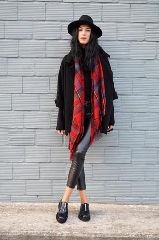 Cómo combinar: mocasín de cuero negros, pantalones pitillo de cuero negros, jersey de cuello alto negro, cárdigan abierto de punto negro
