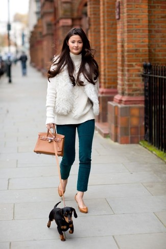 Cómo combinar: zapatos de tacón de cuero en tabaco, pantalones pitillo en verde azulado, jersey de cuello alto de punto blanco, chaleco de pelo blanco