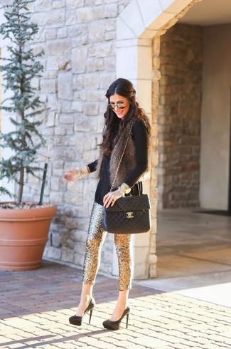 Cómo combinar: zapatos de tacón de ante negros, pantalones pitillo de lentejuelas dorados, jersey de cuello alto negro, chaleco de pelo en gris oscuro