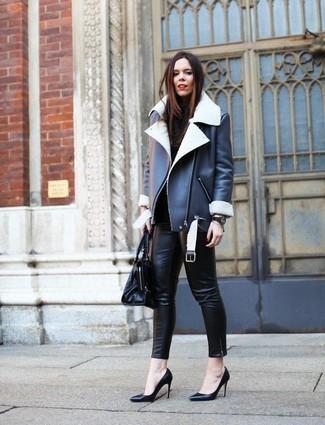 Combinar unos zapatos de tacón de cuero negros: Casa una chaqueta de piel de oveja en negro y blanco con unos pantalones pitillo de cuero negros para lidiar sin esfuerzo con lo que sea que te traiga el día. Zapatos de tacón de cuero negros son una opción perfecta para completar este atuendo.