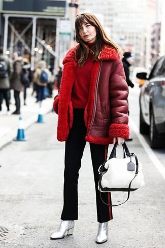 Cómo combinar: botines de cuero plateados, pantalones pitillo de rayas verticales negros, jersey de cuello alto rojo, chaqueta de piel de oveja roja