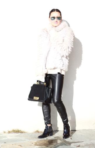 Cómo combinar: botines chelsea de cuero negros, pantalones pitillo de cuero negros, jersey de cuello alto de lana blanco, chaqueta de piel blanca
