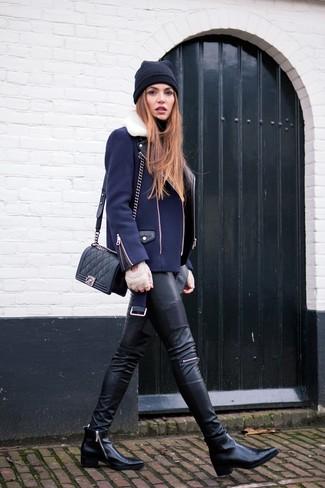 Cómo combinar: botines de cuero negros, pantalones pitillo de cuero negros, jersey de cuello alto negro, chaqueta motera azul marino