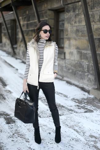 Cómo combinar: botines de ante negros, pantalones pitillo de cuero negros, jersey de cuello alto de rayas horizontales en blanco y negro, chaqueta sin mangas blanca