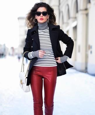 Cómo combinar: bolso de hombre de cuero acolchado blanco, pantalones pitillo de cuero rojos, jersey de cuello alto de rayas horizontales en blanco y negro, chaquetón negro