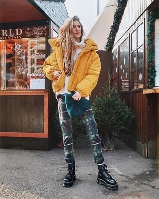 Cómo combinar: botas planas con cordones de cuero gruesas negras, pantalones pitillo de tartán verde oscuro, jersey de cuello alto de lana de punto blanco, plumífero amarillo