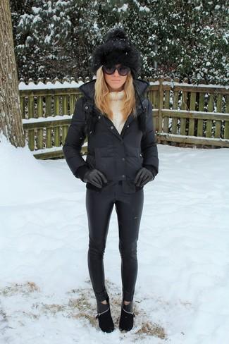 Cómo combinar: botines de ante negros, pantalones pitillo de cuero negros, jersey de cuello alto de punto blanco, plumífero negro