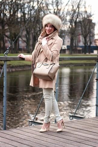 Cómo combinar: zapatos de tacón de cuero en beige, pantalones pitillo de cuero blancos, jersey de pico blanco, abrigo en beige