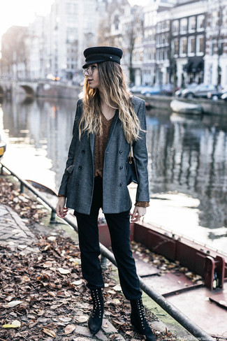 Cómo combinar: botas planas con cordones de ante negras, pantalones pitillo negros, jersey de pico dorado, blazer cruzado gris