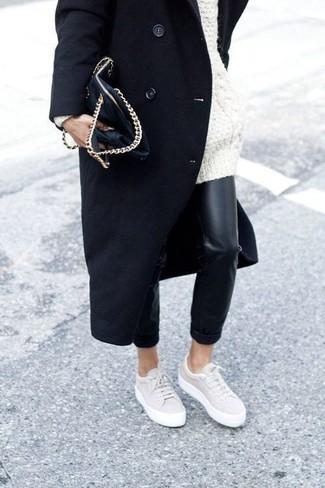 Cómo combinar: tenis en beige, pantalones pitillo de cuero negros, jersey oversized de punto blanco, abrigo negro