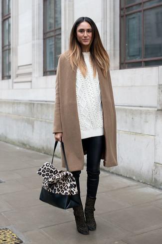 Cómo combinar: botines de ante negros, pantalones pitillo de cuero negros, jersey oversized de punto blanco, abrigo marrón claro
