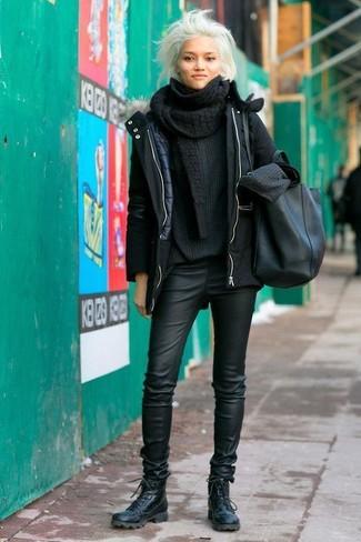 Cómo combinar: botas planas con cordones de cuero negras, pantalones pitillo de cuero negros, jersey oversized de punto negro, parka negra