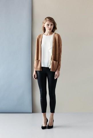 Cómo combinar: zapatos de tacón de ante negros, pantalones pitillo de cuero negros, blusa de manga corta con volante blanca, cárdigan abierto marrón claro