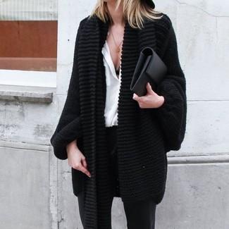 Cómo combinar: cartera sobre de cuero negra, pantalones pitillo negros, camisa de vestir de seda blanca, cárdigan abierto de punto negro
