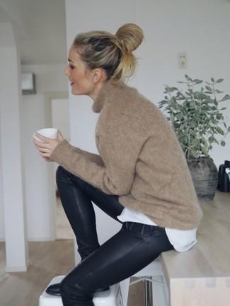 Cómo combinar: botines de cuero negros, pantalones pitillo de cuero negros, camiseta con cuello circular blanca, jersey oversized marrón claro