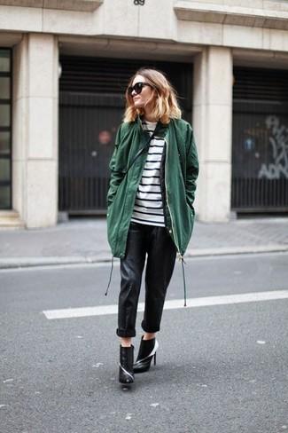 Cómo combinar: botines de cuero en negro y blanco, pantalones pitillo de cuero negros, camiseta de manga larga de rayas horizontales en blanco y negro, parka verde oscuro