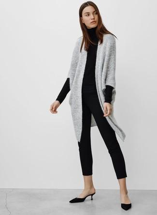 Cómo combinar: chinelas de satén negras, pantalones pitillo negros, jersey de cuello alto negro, cárdigan abierto de punto gris
