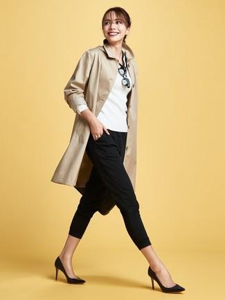 Cómo combinar: zapatos de tacón de cuero negros, pantalones pitillo negros, jersey de pico en blanco y negro, gabardina marrón claro