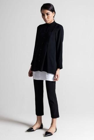 Cómo combinar: bailarinas de cuero negras, pantalones pitillo negros, túnica blanca, jersey oversized negro