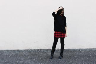 Cómo combinar: botas de caña alta de cuero negras, pantalones pitillo negros, vestido camisa a cuadros roja, jersey oversized negro