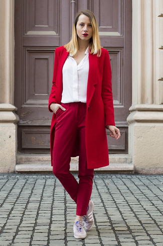 Cómo combinar: tenis rosados, pantalones pitillo rojos, camisa de vestir blanca, abrigo rojo
