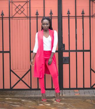 Cómo combinar: sandalias de tacón de cuero rosa, pantalones pitillo rosa, camiseta de manga larga blanca, abrigo sin mangas rosa