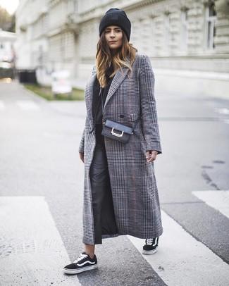 Cómo combinar: tenis de lona en negro y blanco, pantalones pitillo de cuero negros, sudadera con capucha negra, abrigo de tartán gris