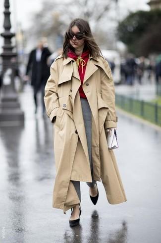 Cómo combinar: zapatos de tacón de ante negros, pantalones pitillo de tartán grises, sudadera con capucha roja, gabardina marrón claro