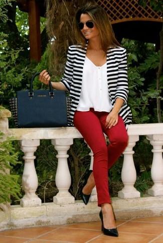 Cómo combinar: zapatos de tacón de cuero negros, pantalones pitillo rojos, top corto de gasa blanco, chaqueta motera de rayas horizontales en blanco y negro