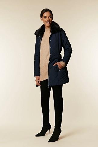 Cómo combinar: zapatos de tacón de ante negros, pantalones pitillo negros, túnica de lana de punto en beige, abrigo con cuello de piel azul marino