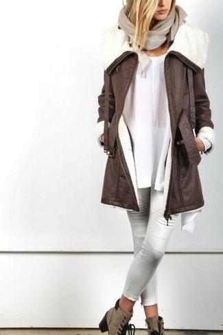 Cómo combinar: botines con cordones de ante marrónes, pantalones pitillo de cuero blancos, túnica blanca, abrigo de piel de oveja en marrón oscuro