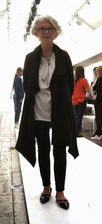 Cómo combinar: mocasín de cuero negros, pantalones pitillo negros, túnica de seda gris, abrigo negro