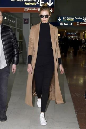 Cómo combinar: tenis de cuero blancos, pantalones pitillo negros, túnica de punto negra, abrigo marrón claro