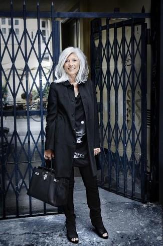 Cómo combinar: botines de cuero con recorte negros, pantalones pitillo negros, túnica de seda estampada en negro y blanco, gabardina negra