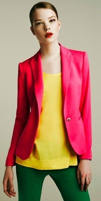 Cómo combinar: pantalones pitillo verdes, blusa sin mangas amarilla, blazer rosa