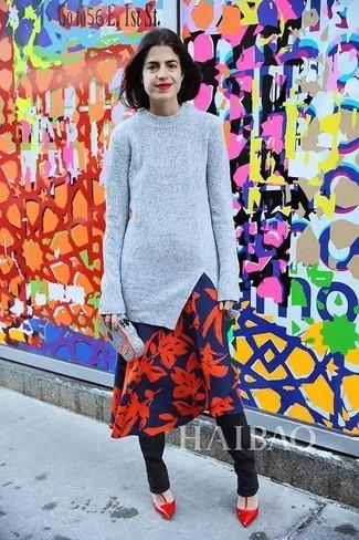 Cómo combinar: zapatos de tacón de cuero rojos, pantalones pitillo negros, vestido midi con print de flores en azul marino y rojo, jersey con cuello circular gris